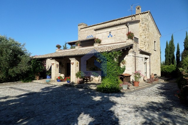 Villa con taverna, giardino e terrazzo vista mare.