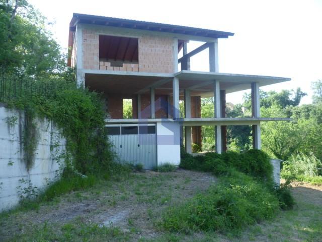 A pochi metri dal centro villa in costruzione con terreno