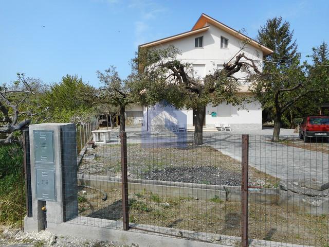 (Italiano) Piane d'Archi: appartamento in casa singola con garage