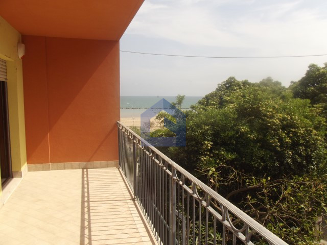 Apartment with direct access to the beach