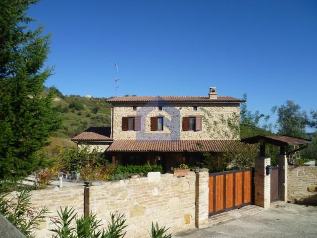 (Italiano) Lanciano: Villa in pietra su lotto di terreno di mq.2800
