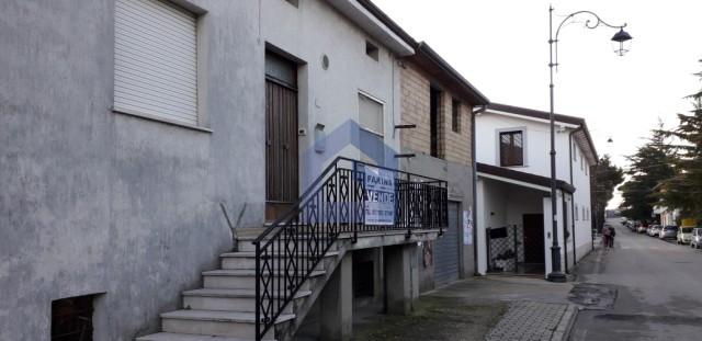 (Italiano) Santa Maria Imbaro: casa con annessi rustici e terreno