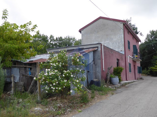 (Italiano) Perano: Casa singola su due livelli