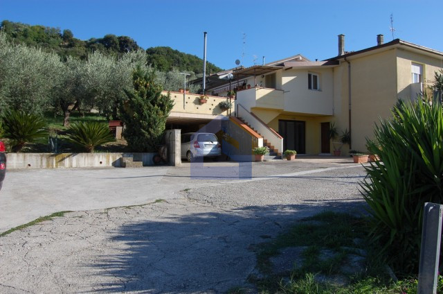 (Italiano) Appartamento con terrazzo, giardino e terreno agricolo