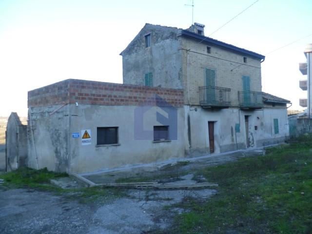 (Italiano) Castel Frentano: In centro casa con terreno edificabile