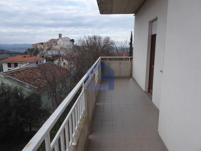 (Italiano) Altino: Appartamento panoramico con garage e soffitta