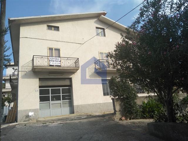 (Italiano) Piane d'Archi: Abitazione con laboratorio commerciale