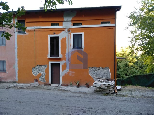 Piane d'Archi: casa affiancata ristrutturata