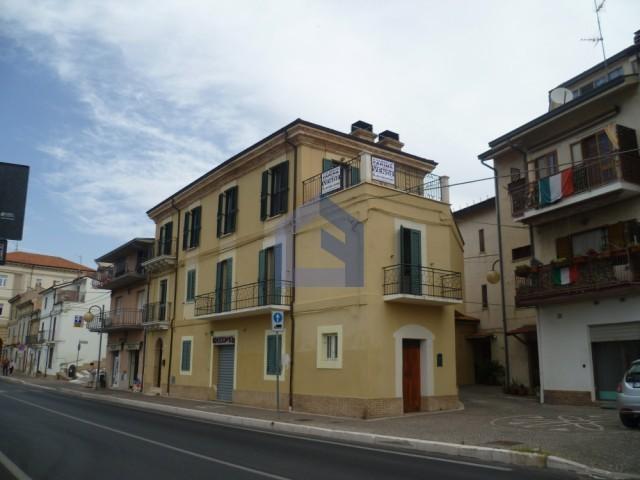 (Italiano) Castel Frentano centro: ampio appartamento ristrutturato.