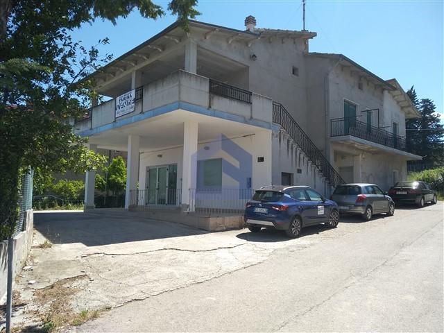 (Italiano) Monteodorisio: casa indipendente con locale commerciale